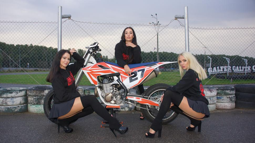 Группа поддержки MSK Racing Team @julianabelova, @dasha_ruzina, @elena_fit, Husqvarna fs 450.